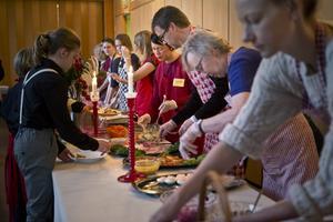 Många volontärer hjälpte till att servera mat.