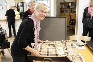 """Margareta Öhrn packar ner sin cittra i en filt i lådan. """"Den är min baby"""", säger hon."""