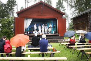 Ofärne Hicks hade otur med vädret. Många av Forsa forngårds cirka 2000 besökare lämnade gården när regnet kom och missade deras uppträdande.
