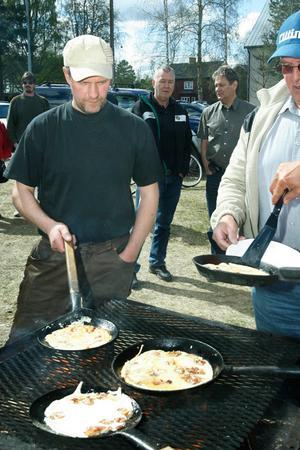 Inte en byfest utan kolbullar. Esbjörn Westlund visade sig var en av de populära kolbullebagarna.