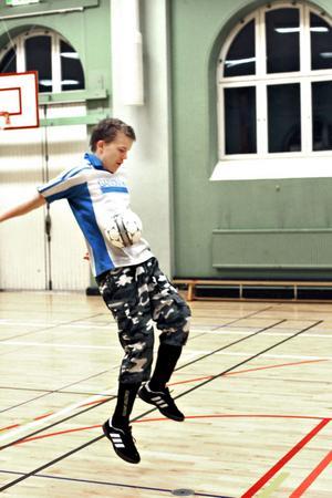 Erik Skalberg stoppar effektivt en boll med magen.