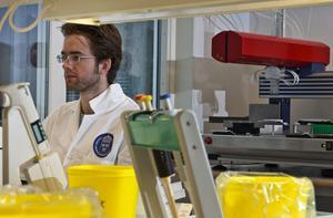 Johannes Hedman i labbet.