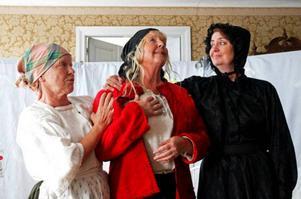 Eva Persson, Iréne Klint och Christina Nisseby gör de tre huvudpersonerna Valborg, Lisken och Karin. Bilden är från fjolårets uppsättning.