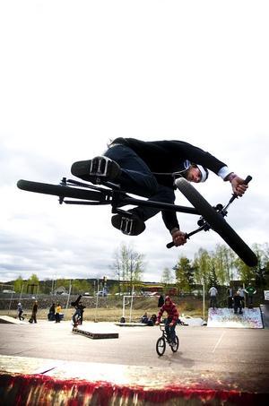 """Ur egen börs. """"Två av hindren har vi byggt och betalat själva"""", säger Daniel Helin, här på sin BMX"""