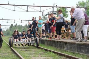 Det vinnande laget Hi-Tek från Bromangymnasiet närmar sig mål.