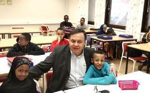 Lepoldo Letier, enhetschef, omgiven av barn.