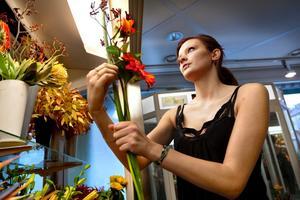 Emma Ljung praktiserar på Blomsteraffär, och plockar ihop en fin Fars dag-bukett.