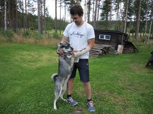 Marcus Söderberg och sin räddande ängel – jämthunden Nova