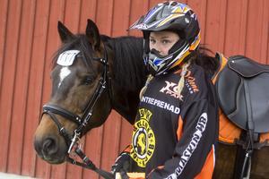 Hannah Källström-Nohrlander omvandlade sig till motocrossförare och ponnyn Aragon  till en 125:kubikares KTM.