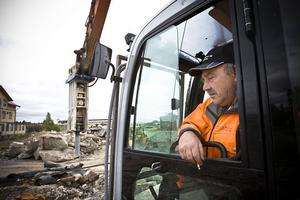 Håkan Persson från Söderhamn tycker sig ha världens sämsta jobb just nu men grävmaskinen gör vanligtvis roligare saker.