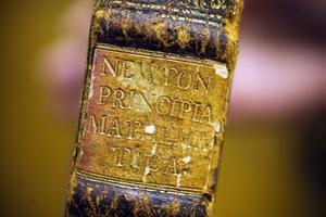 Principia är skriven på latin och tryckt i 300 exemplar i London. Manuset låg färdigt redan 1686.