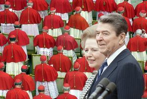MONTAGE/ Kardinaler i Vatikanen och två av nyliberalismens förgrundsgestalter – Storbritanniens premiärminister Margret Thatcher och USA:s president Ronald Reagan.