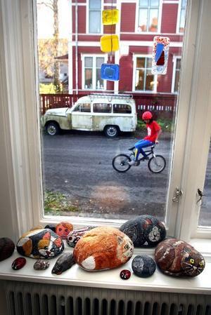 KATTER. Stenar som målats till katter vilar i ett fönsterbleck, i väntan på försäljning.