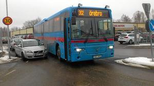 Trångt. Trafikläget är kaotiskt där bussgatan går genom Windahls bil. Nu agerar landstingsrådet Jonas Karlsson och menar att Nora kommun måste lösa situationen.