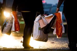 En ny lag ska bidra till att användningen av bärkassar av plast ska minska.