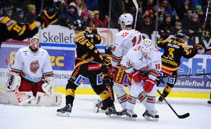 2-0 till Skellefteå, Erik Andersson har just gjort sitt andra mål för kvällen, Anton Forsberg i Modo-målet deppar, precis hans lagskompisar.