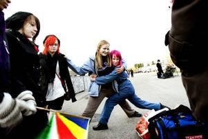 """underhåller sig. Clara Salberg, 16 år från Södertälje, Sara Hjortsberg, 20 år och Jessica Söderlind, 15 år från Sundsvall, spenderar väntan med att leka fotleken – och har redan lärt känna varandra. """"Efter den här helgen kommer alla att känna alla"""", säger Jessica Söderlind."""