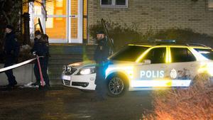 Polisen spärrar av området vid Bellmansgatan i Västerås där en 32-åring först högg fingret av en för honom okänd man och sedan sköts i benet av polis sent på kvällen den 22 februari 2014.