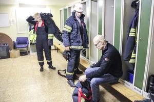 Rycker ut trots allt. Trots att Ramsjös brandmän är så få att de inte kan ha beredskap dagtid klarar de kvällar, nätter och helger. Från vänster ses Teresia Olsson, Anders Nilsson och Håkan Lindkvist.