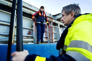 Anders Fagerlund på lotsstationens tjänstebåt hjälper lotsen Anna Laurell ombord igen.