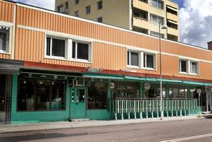 NYTT NAMN. Men det är fortfarande Sahip Sari som driver restaurangen som nu heter Olles.BYTER LOKAL. Över sommaren kommer Ali Mavi och svågern att sälja glass mot Drottninggatan. Sedan kommer Karamellagret att ligga på en tvärgata.