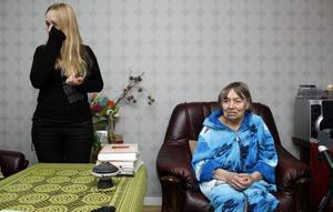 Olga Borodavka har vårdat sin svårt sjuka mamma Yevdokiya i sin lägenhet sedan drygt ett och ett halvt år. Nu ska Yevdokiya ut ur landet, tillbaka till Ukraina, där hon inte har någon som kan ta hand om henne.