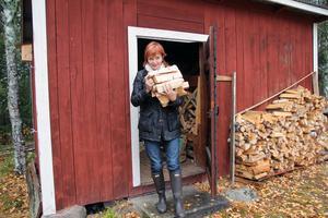 Vedboden är fylld hemma hos Gunilla Kindstrand i Stömne, Delsbo.