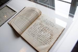 I en av böckerna från landstingsarkivet monter finns en gammal sjukjournal. Journaluppgifter omfattas av sekretess i 70 år efter att anteckningen skrevs.