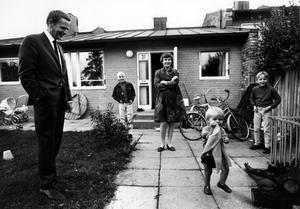 Dokumentären om Olof Palme ger bilden av en karismatisk statsman, sällan närvarande pappa, och en sällsam lektion i modern historia. Här Olof och Lisbeth Palme med barnen utanför villan i Vällingby. Foto: Scanbox entertainment