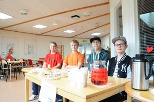 Per Berger, Jacob Fanderwie, Leo Boije och Emil Pålsson säljer fika för sin skolklass.
