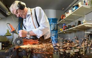 Här tillverkas det konstsmide. Örjan Holm kapar i metallen. Nya produkter i hans konstsmedja ska bli klara.
