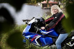 Familjen, motorcykeln och resor var i den ordningen länge Maria Sandins största intressen på lediga stunder. Numera kan också teater läggas till listan sedan hon varit med i två av Teaterslagets uppsättningar.