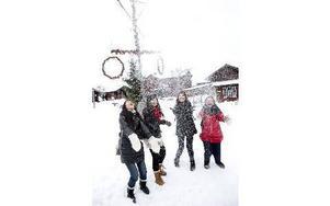 """""""Så här mycket snö har vi aldrig sett tidigare"""", säger Bubbly och Huzik, till höger i bild. Foto: Johan Solum/DT"""