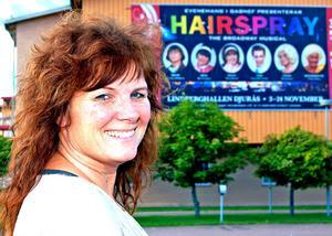 Stina-Kari Axelsson är mitt uppe i förberedelserna inför premiären på musikalen Hairspray,  men håret är hennes egna –och osprayat.