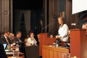 Måndagens sammanträde handlade till största del om motioner. Ingrid Bergström Nilsson (V) kommenterar här en motion om hedersrelaterat våld som Anders Ramstrand (KD) hade lämnat.