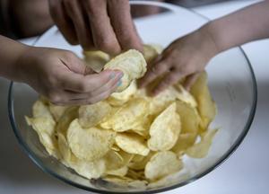 Sourcream & onion är den populäraste smaken på chips i Sverige. Vi har smaktestat sex sorter.   Foto: Christine Olsson/TT