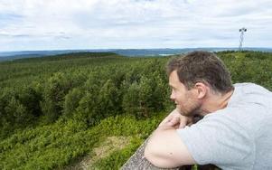 """På Faluns högsta topp Spjärshällen uppträder en känsla av att vara långt borta från allting. Även om den """"falska"""" toppen med radiomasten ligger nära. Foto: Mikael Forslund"""