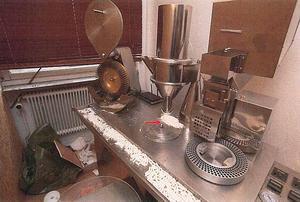 I mammans garage fanns flera maskiner för att tillverka tabletter.