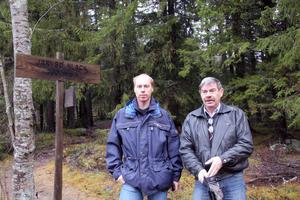 Kommunekolog Pär Lundagårds och samhällsbyggnadsnämndens ordförande John Nyman vid foten av Järvsö klack, som kan bli kommunens nästa naturreservat.