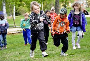 Full fart. Barnen stod i fokus när kulturskolans Vårskrik invigdes. De yngsta framträdde på gräsmattan intill torget och fick chansen att visa upp sig inför publik.