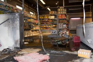 Butiksinredningen har skadats rejält av branden.