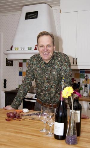 Thomas Ekenberg är mycket intresserad av matlagning. Han startade Sundsvalls första matkasse, Klok mat som fokuserade på närproducerat, som han tyvärr tvingades avveckla då huvudleverantören gick i konkurs.