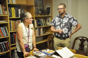 Bibliotekarie Daniel Gustavsson i samspråk med biträdande enhetschef Mia Carlberg.