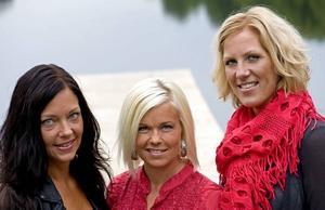 """KÄRLEKSJAKT. Mammorna Ulrika Carlsson från Ludvika, Helena Puhakka från Karlskoga och Madelene Broman från Sandviken har skvallrat med varandra hela sommaren på telefon om sina dejter i """"Ensam mamma söker""""."""
