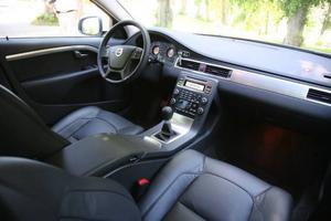 Volvo V70 Drive är en stor familjebil med riktigt låg förbrukning. Bilen är utrustad med likadan drivlina som de mindre syskonen S40 och V50. Även den manuella växellådan är densamma.