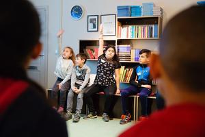 Delaktighet. Centralt är att barnen själva får ge förslag på karaktärer och rösta på hur berättelsen ska växa fram.