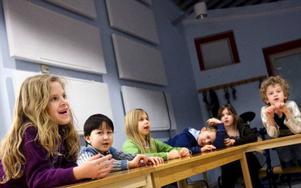 Sexåringarna – som nu gått första terminen i ettan – har lärt sig massor av noter. I går sjöng de bland annat cykellåten. Jasmine och Said kan hela sången. Foto: Håkan Luthman
