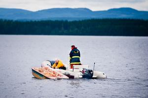 Räddningstjänsten sökte igenom vattnet och förde plastjollen i land.