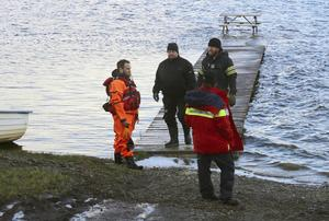 En hel grupp konfirmander hamnade i Ånnsjöns iskalla vatten när de paddlade kanot där på tisdagskvällen.