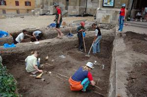 Utgrävning. Här och där hittar grävarna de länge sedan dödas skallar och ben.